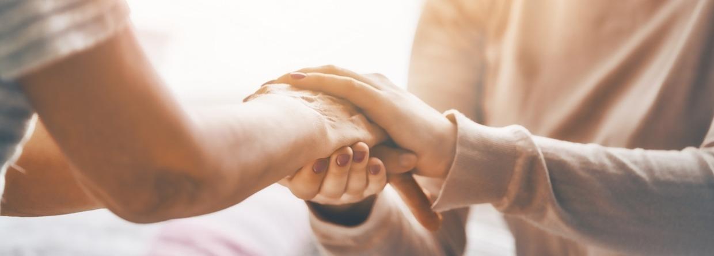 zorgen voor elkaar blijkt uit handen op elkaar