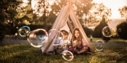 kleine kinderen spelen buiten in een tent