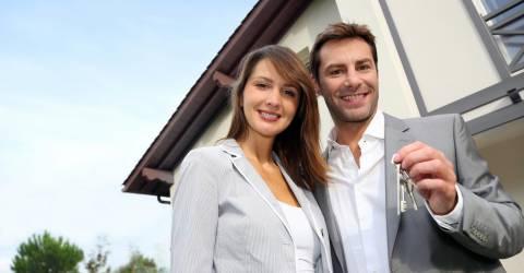 Man en vrouw met sleutels voor nieuw huis